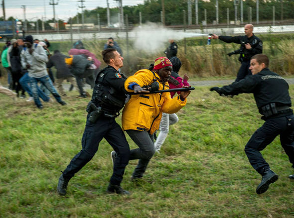 Calais-migrants-chaos-324810